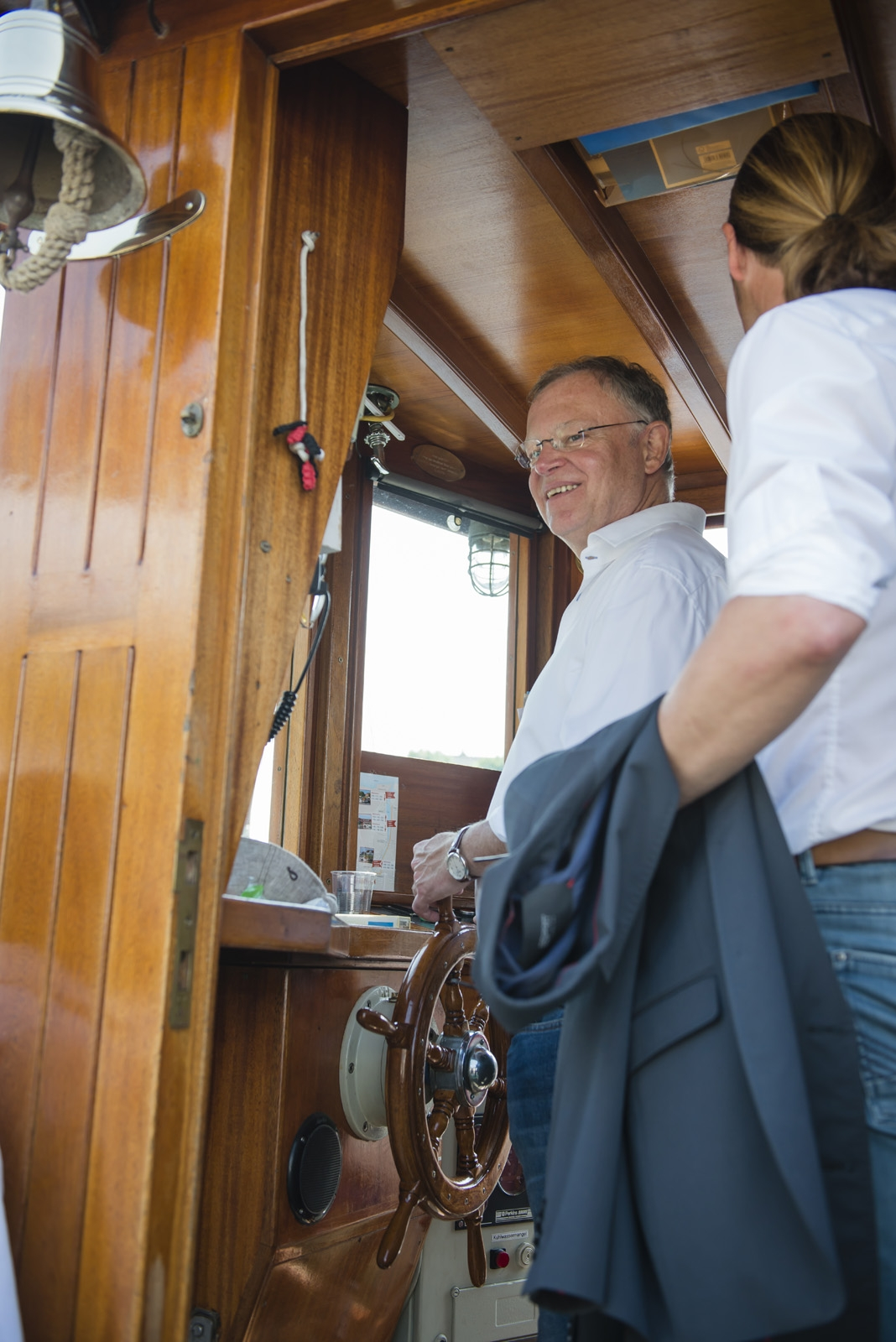 Sommerreise Stephan Weil Zusammen mit dem Kapitän am Steuer des Raddampfers Concordia II auf der Harle