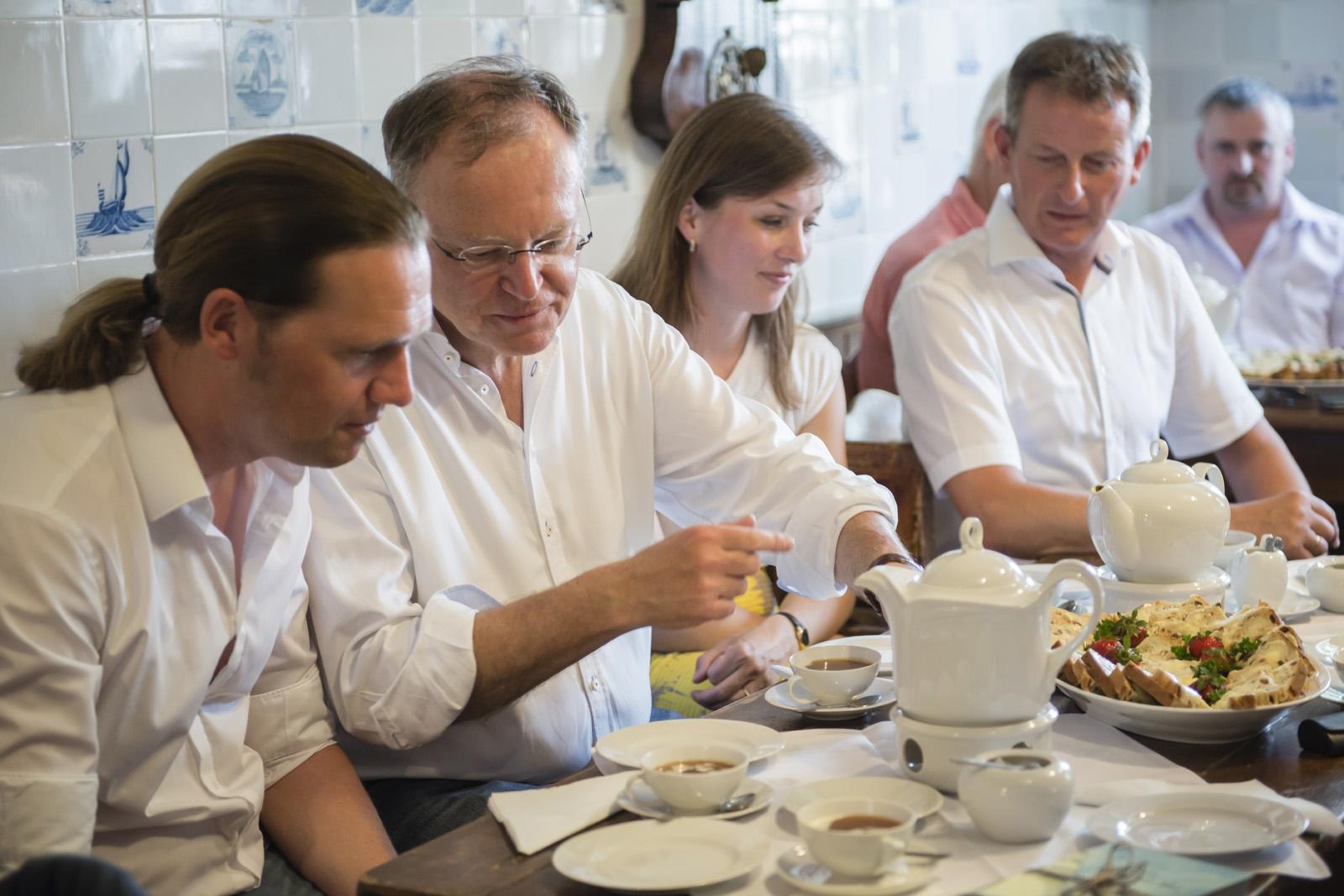 Teepause mit ostfriesischem Tee im Kapitänshaus in Carolinensiel